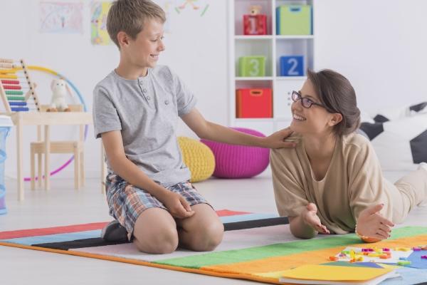 niño y terapeuta en terapia de psicología infanto-juvenil