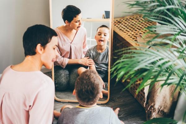 niño y psicólogo infantil mirándose en el espejo