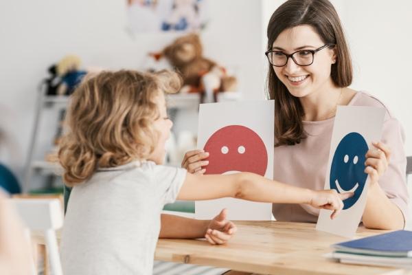 Niña y psicóloga en despacho de psicología infantil en Madrid