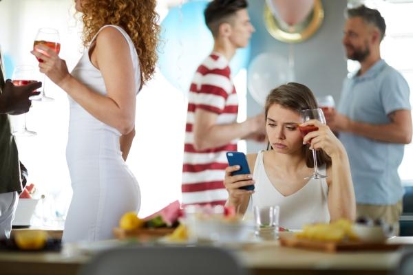 chica joven con ansiedad social en una fiesta | crisis de ansiedad