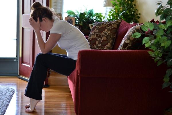 mujeres sentada en el sofá con trastorno de ansiedad